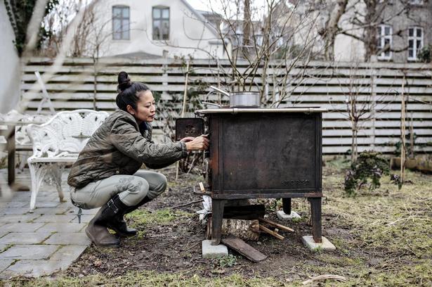 Anh Lê ikke bare dyrker mad i sin have, hun tilbereder også mad i det fri – bl.a. på dette gamle brændekomfur.