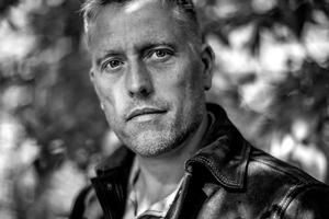 "Michael Enggaard. Journalist og forfatter.Michael Enggaard debuterer med romanen ""Svækling"""