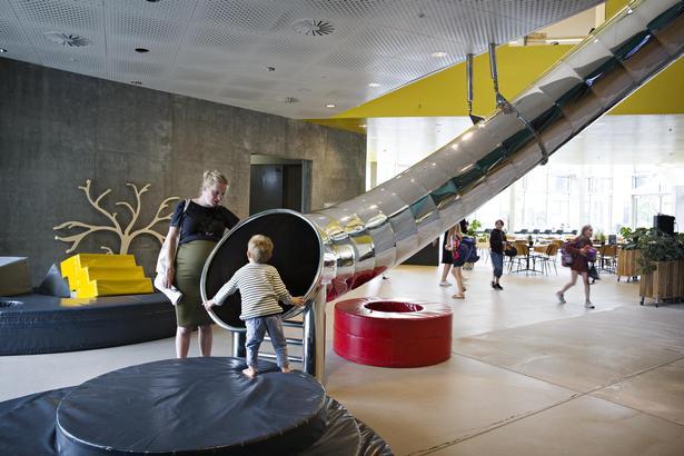 Ku.be er et kulturhus der favner bredt. Fra småbørn, til rødderne til de ældre. Her kan man blive underholdt med klatrevæg, koncerter og billig mad og drikke af ganske udemærket kvalitet.