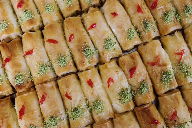 I en baggård i Heimdalsgade i Københavns Nordvbestkvarter ligger Ali Bageri. Bageriet laver fladbrød til størstedelen af Københavns shawarmabarer. Bageriet producerer 60.000 En af de fire Ali-brødre, der ejer bageriet hedder Naji Ali.