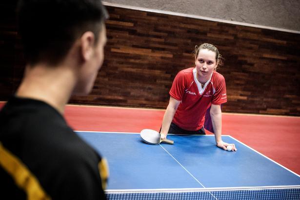 Til daglig træner Sophie Walløe med spillere uden handikap, og da der er få kvindelige bordtennisspillere på højeste niveau herhjemme, træner hun ofte med drenge.