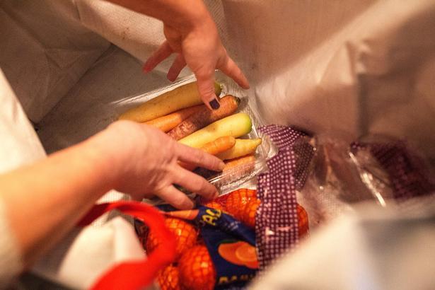 Skralder Julie Peter er i gang med at skylle grøntsager fra containeren ved sin lokale Superbrugsen.