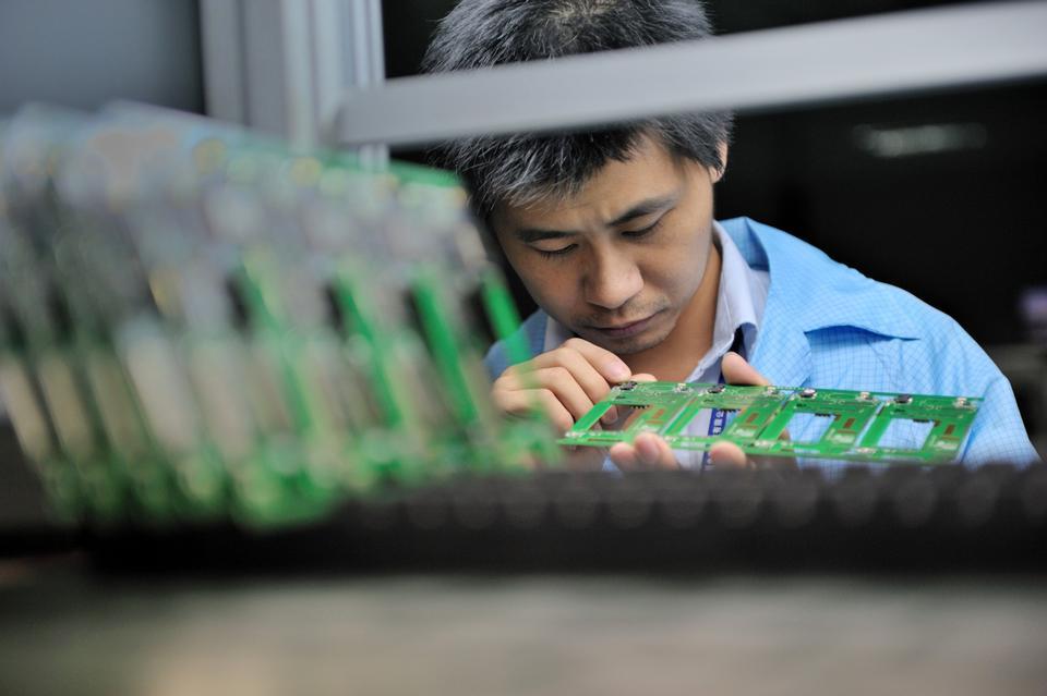 Kinesiske arbejdere forbinder samhandel med job og bedre løn. Arkivfoto: AP