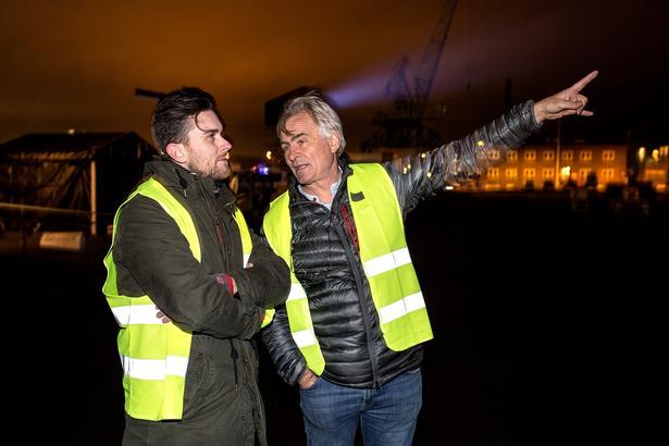 Teaterinstruktør Nigel Jamieson (til højre) er manden, der styrer den pompøse åbning af kulturhovedstaden, som kulminerer på havnen med 700 korsangere og projicering af film på de høje siloer.