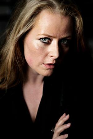 Forfatteren Anne Sofie Allarp har i mange år arbejdet i Socialdemokratiet og debuterer nu med romanen 'Falske stemmer' om politik.