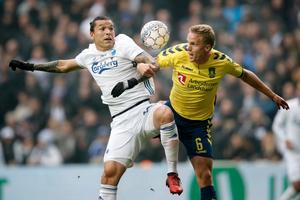 FCKs Federico Santander og Brøndbys Hjörtur Hermannsson i en af opgørets mange hårde nærkampe.