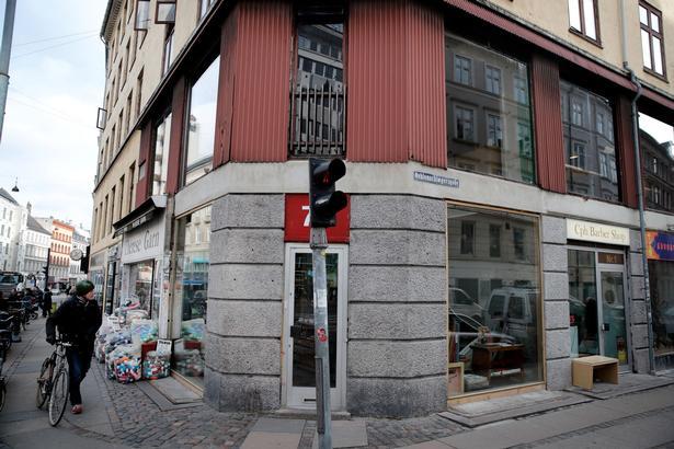 Facaden på hjørnet af Vesterbrogade og Oehlenschlagergade. Engang var vinduerne dækket til, så ingen kunne kigge ind.