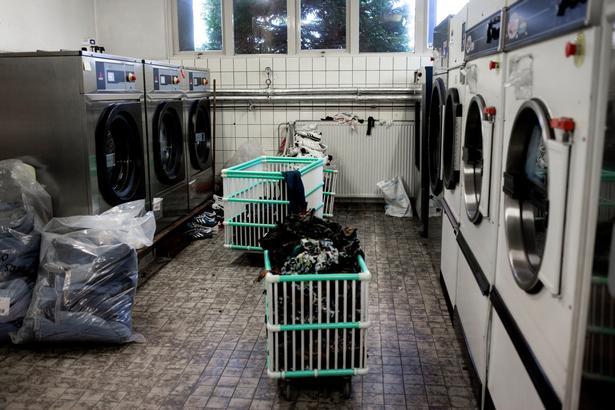Særlige vaskemaskiner kan gøre ruskind og læder brugbart igen. De vasker med en slags olie, som kan bruges igen og igen på Episodes fabrik udenfor Amsterdam.