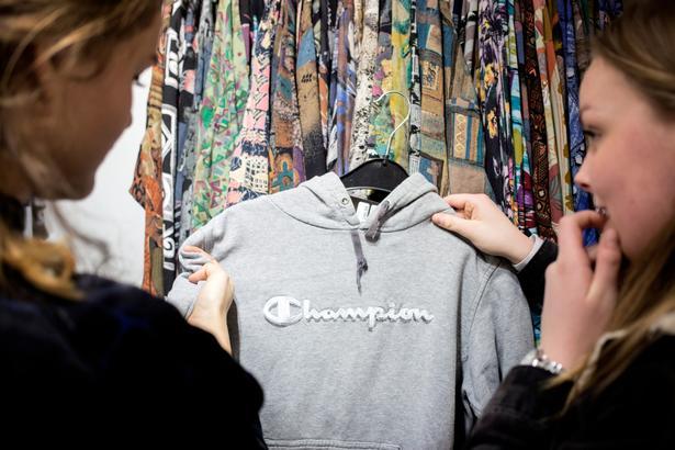 Genbrugsbutikken Episode i København har kun tøj, som er sorteret og sorteret igen for at få det bedste frem til butikken. De mange unge købere er særligt glade for sweatshirts og jeans.