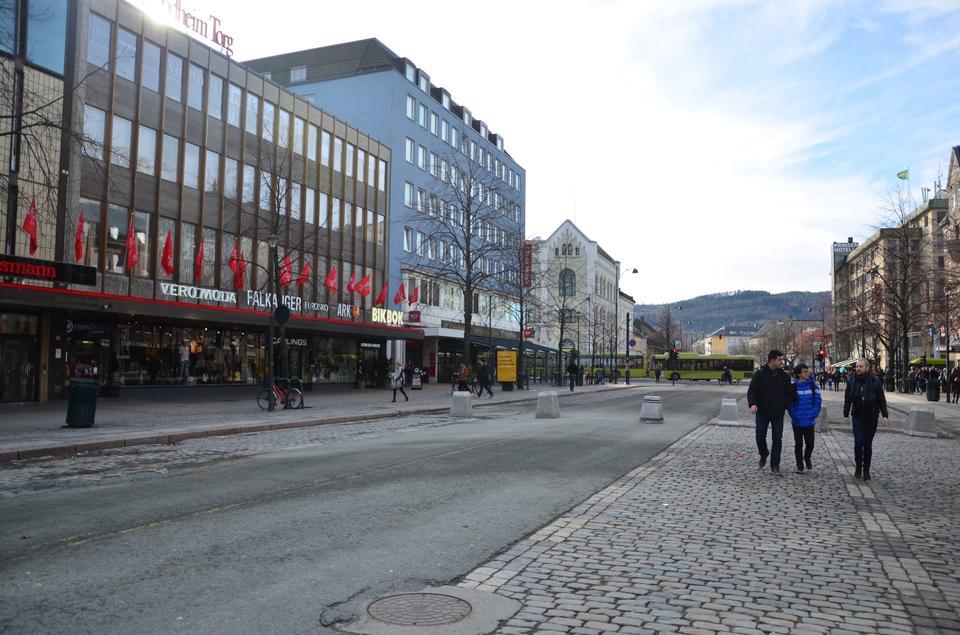 Tempoet er langsomt i det centrale Trondheim, der bedst kan beskrives som en større dansk provinsby med bjergudsigt.