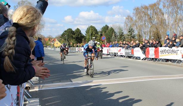 Kasper Asgreen kører over stregen som suveræn vinder af Grand Prix Viborg.