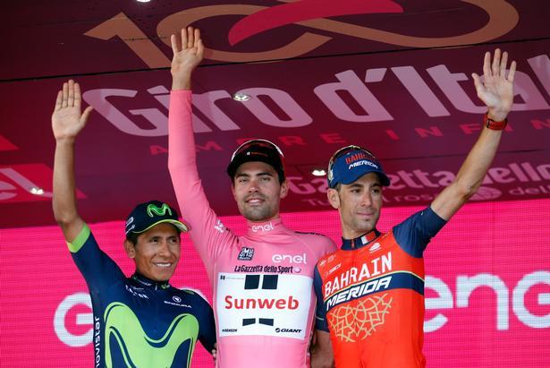 Podiet i årets Giro d'Italia - Tom Dumoulin flankeret af to tidligere vindere Nairo Quintana (tv) og Vincenzo Nibali.