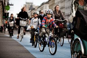 Det er et tegn på en moden trafikpolitik, når også børn og ældre tør færdes ude på vejene. Her ses børn cykle i København.