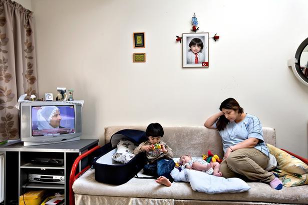 ARKIVFOTO: Politiken besøgte også Ibrahim Amin og hans søster Özlem i 2008, da de var henholdsvis 2 år og 4 måneder. De blev født i Danmark, og er her fotograferet i Sandholmlejren. Siden har de boet otte år i hus, men nu skal de flytte tilbage til Sandholm.