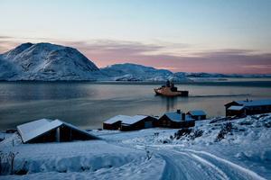 """Selv om Grønland har fået selvstyre, er det stadig den danske flåde, som løser de militære opgaver i området. Inspektionsfartøjet """"Knud Rasmussen"""" patruljerer og hjælper i Nordatlanten, ved Færøerne og omkring Grønland. Her ligger """"Knud Rasmussen"""" i fjorden ved en lille landbrugsbygd en halv times sejlads fra Julianehåb (Qaqortoq)."""