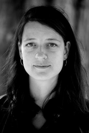Birgitte Kjær interviewer forfatter Julie Sten-Knudsen i Haveselskabets Have på Frederiksberg.   Som en del af en serie interivewer Birgitte digteren om hendes forhold til naturen og hvordan det afspejles i hendes bøger.