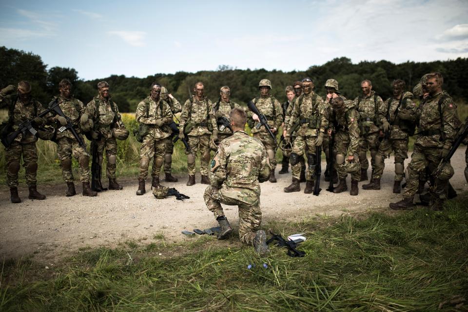Denne dag i felten er blot den første af mange. Rekrutterne skal desuden på flere øvelser, hvor de er ude i flere dage.