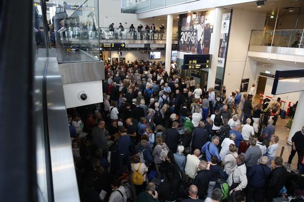 Passagererne stod i lange køer i Københavns lufthavn her til morgen.