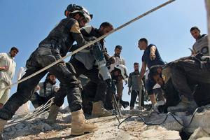 Redningstjenesten De Hvide Hjelme forsøger at finde overlevende i bomberamte bygninger i Khan Sheikhoun.