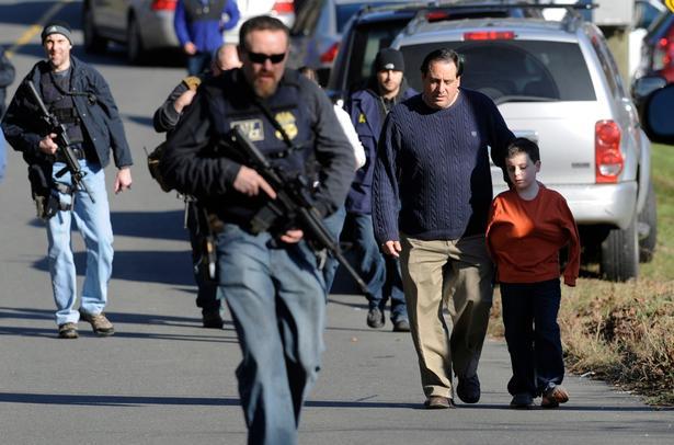 Chokerede forældre henter deres børn i skolen efter angrebet.