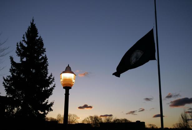 Flagene gik på halv på Virginia Tech Universitetets campus.