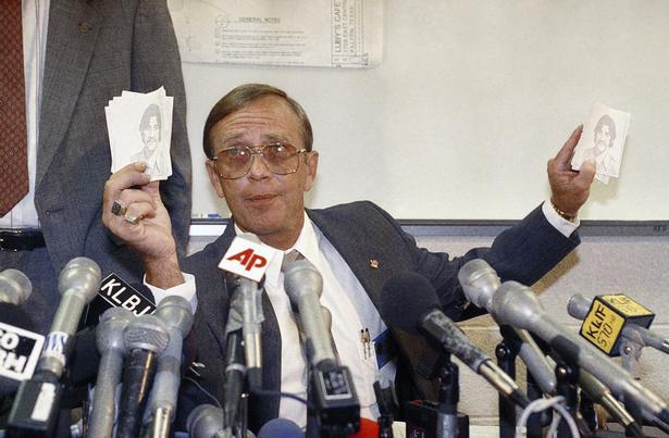 Politichef F.L. Giacomozi viser billeder af gerningsmanden på et pressemøde.