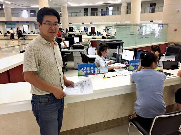 Det kinesiske styre benytter big data til at overvåge borgerne.  Her er Zhang Jian henne på den lokale borgerservice for at få en opgørelse over sin 'socialkreditkonto'. Systemet har givet ham point, så nu kan han håbe på forfremmelse i sit job.