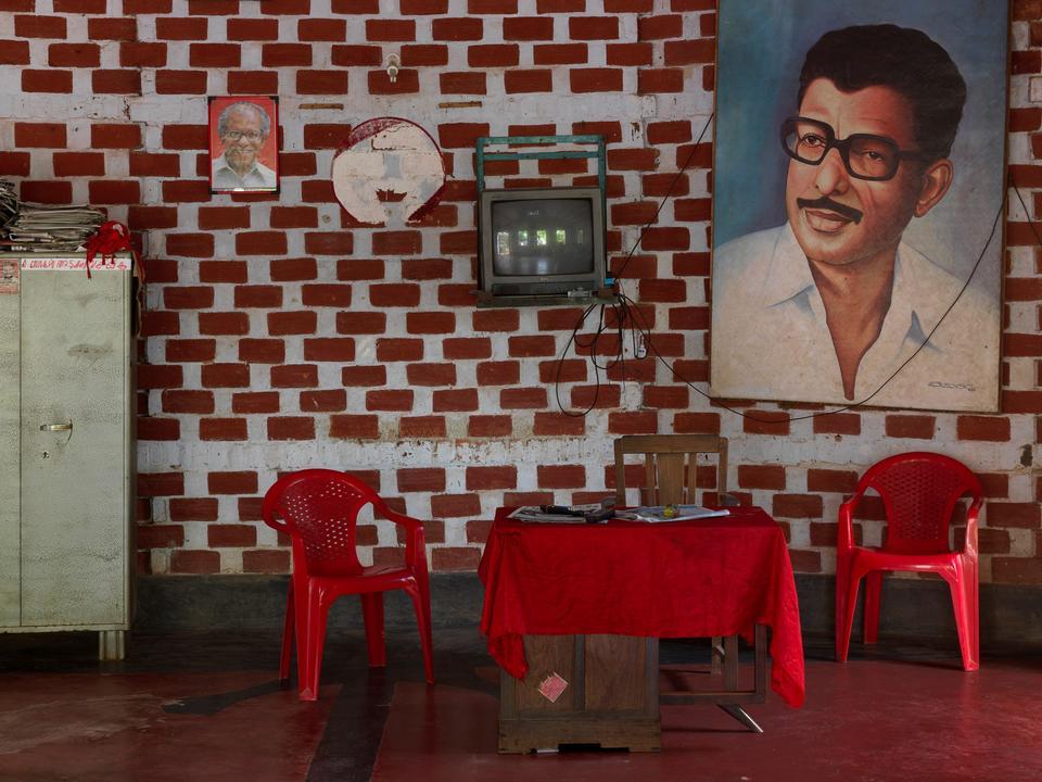 Indien. Hos det indiske kommunistparti CPI hænger et stort portræt af N. Jayadevan, der er nuværende medlem af parlamentet.
