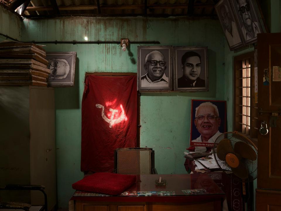 Indien. Det indiske kommunistpartis lokale kontor i Ikyabharatham. Portrættet bag ventilatoren på bordet forestiller E.K. Nayanar, det længst siddende regeringsoverhoved i Kerala-regionen.