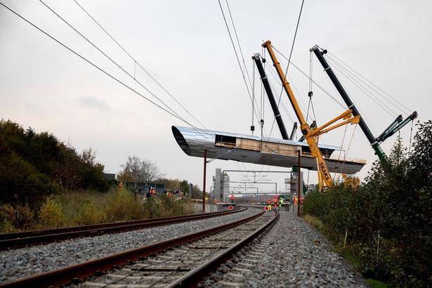 Det 160 tons tunge og 137 meter lange stålelement bliver det første af i alt seks elementer, der monteres.