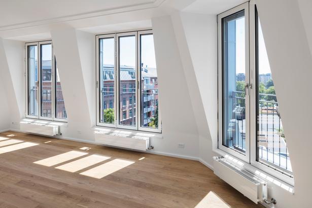 I Ryesgade i København er en omfattende byfornyelses- og energirenoveringsindsats kombineret med etableringen af syv nye tagboliger i en ny tagform, som giver bedre rum, lys og udsigt.  Artiklens foto er taget af Carsten Ingemann og Dorte Krogh.