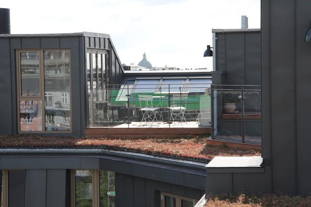 I Ryesgade i København er en omfattende byfornyelses- og energirenoveringsindsats kombineret med etableringen af syv nye tagboliger i en ny tagform, som giver bedre rum, lys og udsigt.