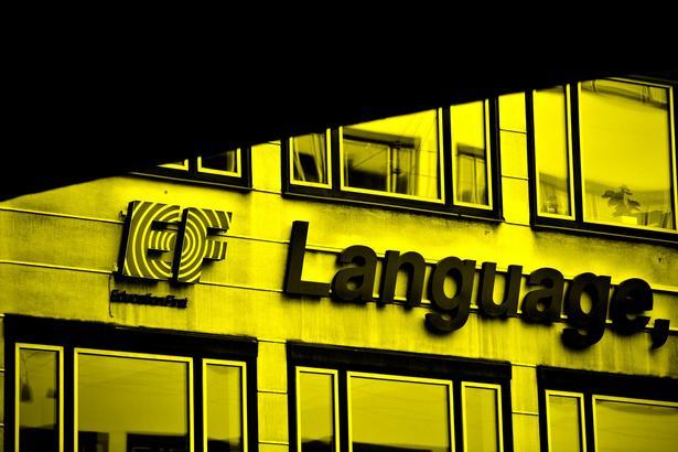 Det danske hovedkvarter i Vester Farimagsgade i København er kun formidler af sprogrejserne. Pengene havner i Schweiz.