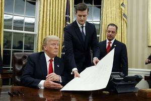 Reince Priebus (t.h.) ser til, da  Donald Trump 20. januar er mødt ind på Det Ovale Kontor. Dagen efter kom deres første opgør - over tilskuertallet ved Trumps indsættelse.