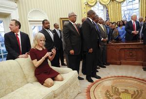 Reince Priebus (t.v.) synes næsten at lede efter en udvej: 27. februar 2017 er han dog stadig velplaceret i magtens centrum under et møde mellem Trump og en gruppe sorte kongresmedlemmer. Forrest talskvinden Kellyanne Conway.