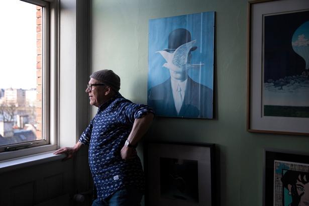 Mogens Krabek kan »vældig godt lide koloristisk kunst«, som næsten dækker hver en ledig centimeter på hans kontor.