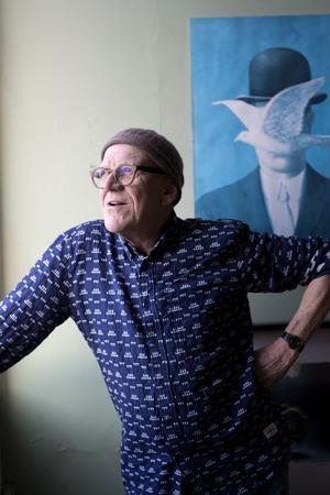 Et forældrepar, som har en brilleforretning, har lavet de runde briller af horn, som Mogens Krabek har på næsen, og en mor har strikket den hue, han har på hovedet.