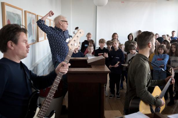 Mogens Krabek er en indigneret historiefortæller. Han mener, at det monologiske fællesskab, som opstår, når man er stille og lytter til en god fortælling, gavner eleverne. Men 'Kulturtimen' består også af sang og Fadervor.