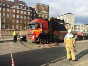 En bilinspektør undersøger ulykkeskøretøjet efter en højresvingsulykke i krydset H. C. Andersens Boulevard-Hammerichsgade i det centrale København, hvor en ung kvindelig cyklist blev dræbt.