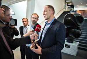 Michael Ziegler (tv), Jacob Bundsgaard (i midten) og Martin Damm (th) møder pressen efter KL's beslutning om lockout.