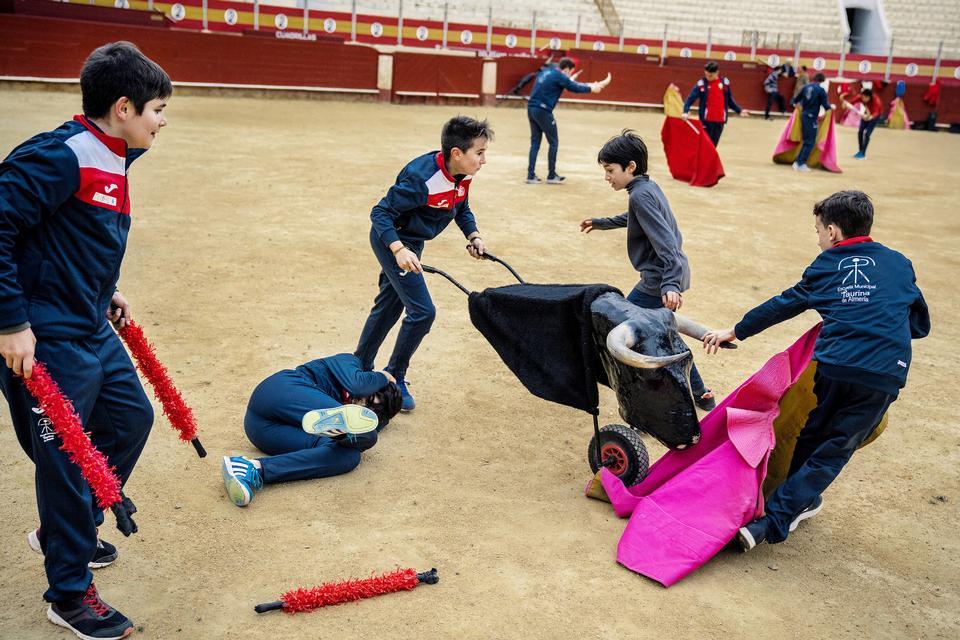 I slutningen af hver træning får de yngste drenge lov til at lege. Alle deres heltes signatur-bevægelser bliver prøvet af og flere gange får 'tyren' ram på tyrefægteren. Drengene drømmer om en dag at have deres navn øverst på plakaten og modtage den ultimative hyldest - at blive båret på skuldrene af folket ud igennem porten ved et af de største løb i Madrid.