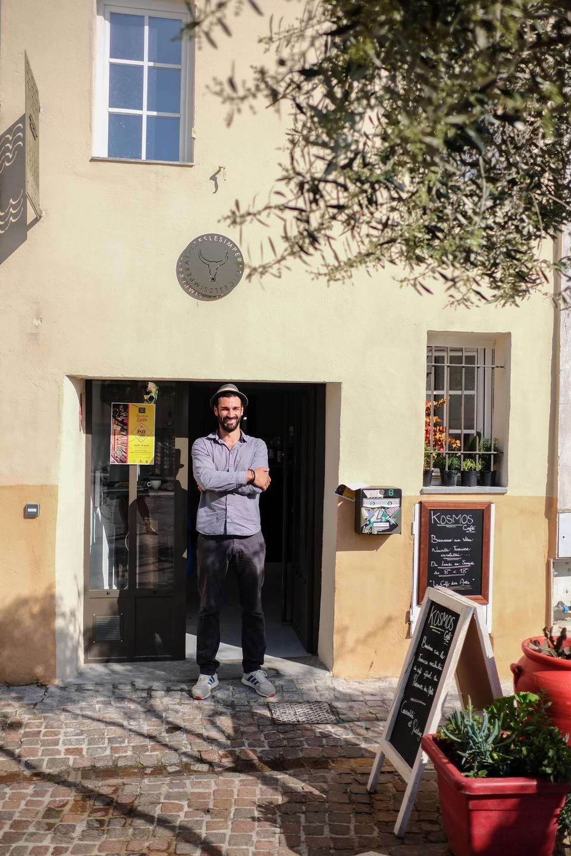 Den nyåbnede Kosmos Café, drevet af Marc Vaireaux, er Hyeres' uofficielle kunstcafé, og her er ofte ferniseringer.