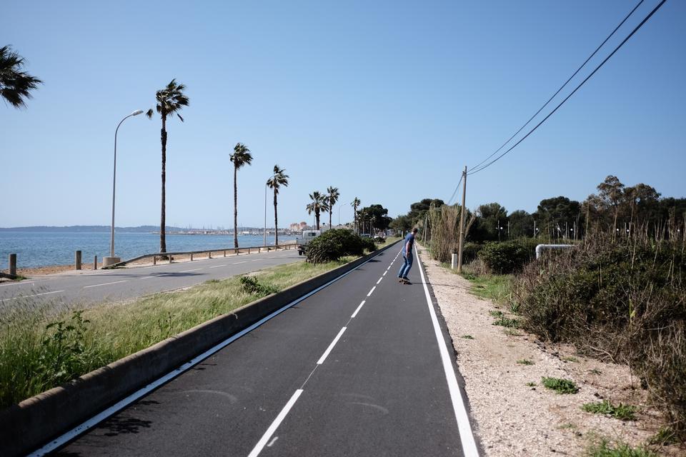 Fastlandet og Giens-halvøen er forbundet af en lang tange, der består af et salt-marskland med en vej og strande på hver side, som er populære blandt de lokale. De cykler, skateboarder, løber og kitesurfer langs tangens strande.