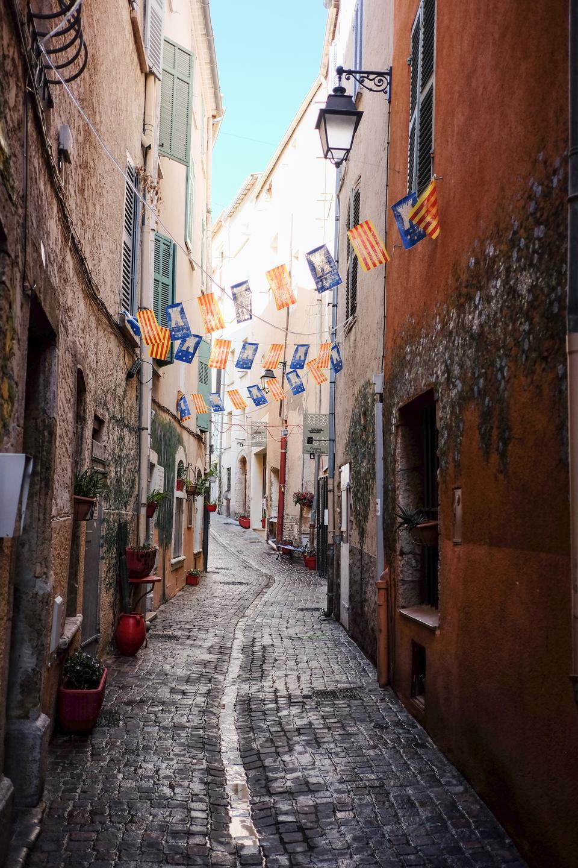 Hyeres' historiske centrum består af et virvar af smalle, gamle gyder, hvor vasketøjet hænger ud af vinduerne og lokale er på vej hjem med dagens indkøb.