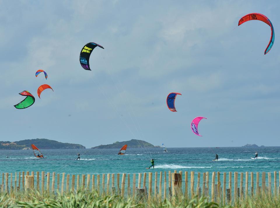 Almanarre-stranden, der forbinder fastlandet med Giens-halvøen, er centrum for kite- og windsurfscenen. Hver eftermiddag mødes lokale og tilrejsende på den lange strand for at prøve vinden af.