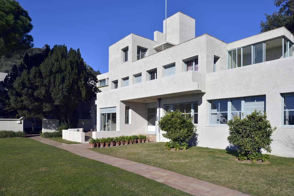 Villa Noailles har siden 1920'erne samlet kunstnere fra nær og fjern. I dag er villaen hjem til et fremsynet museum med fokus på mode, design, arkitektur og fotografi.
