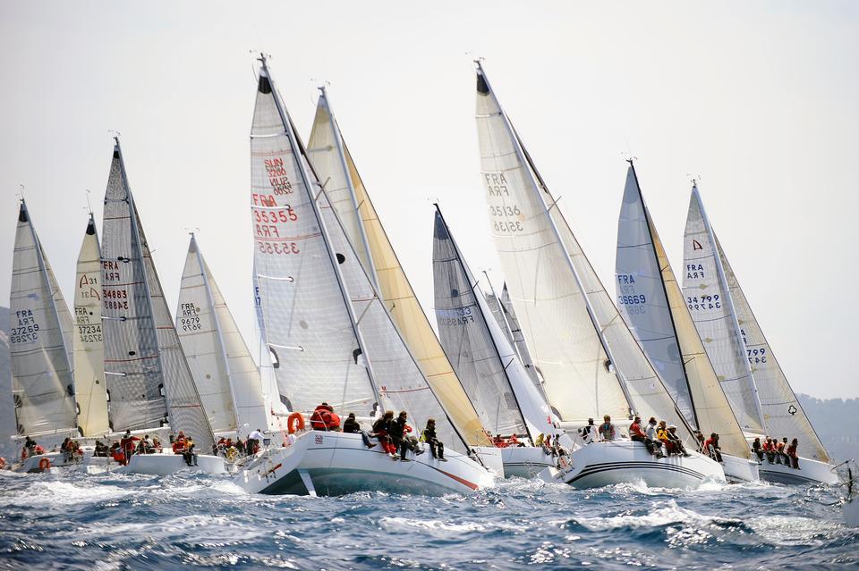 Jury-medlemmer, sejlere og deres teams, tilskuere og journalister flokkes til Hyeres, når sejlsports-konkurrencen World Cup Series løber af stablen i Hyeres hvert år.