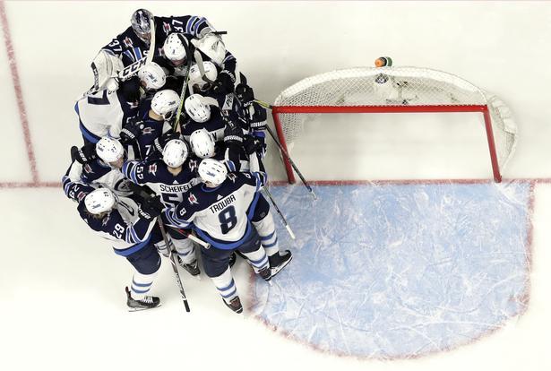 Winnipeg Jets med Nikolaj Ehlers blandt spillerne jubler efter sejren over Nashville Predators.