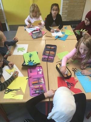 På Kildegårdskolen i Herlev indebærer børnerettigheder at række hænderne ud mod hinanden og verden. Alle skolens børn har lavet deres egen hånd i forbindelse med et af forløbene.