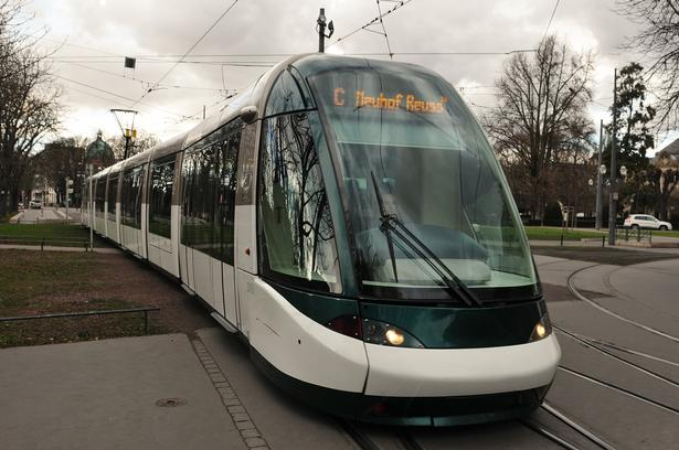 Letbanen har løftet den kollektive transport i den franske by Strasbourg. Foto via Wikimedia Commons: [GFDL (http://www.gnu.org/copyleft/fdl.html) or CC BY 3.0 (https://creativecommons.org/licenses/by/3.0)], fra Wikimedia Commons